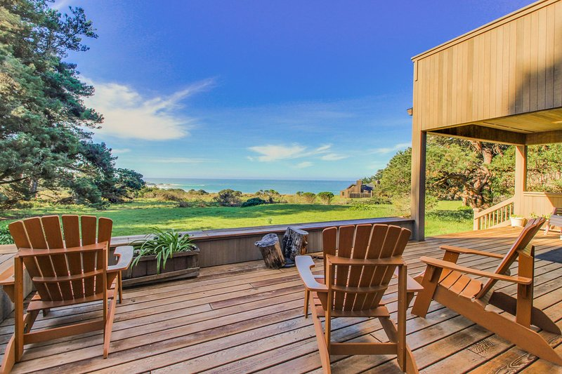 Beautiful oceanfront home with a private hot tub, bluff views & a shared pool!, vacation rental in The Sea Ranch