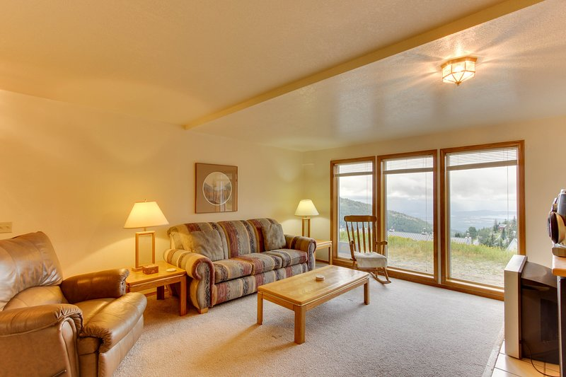 Ski-in/ski-out luxury home with incredible lake & mountain views, casa vacanza a Colburn