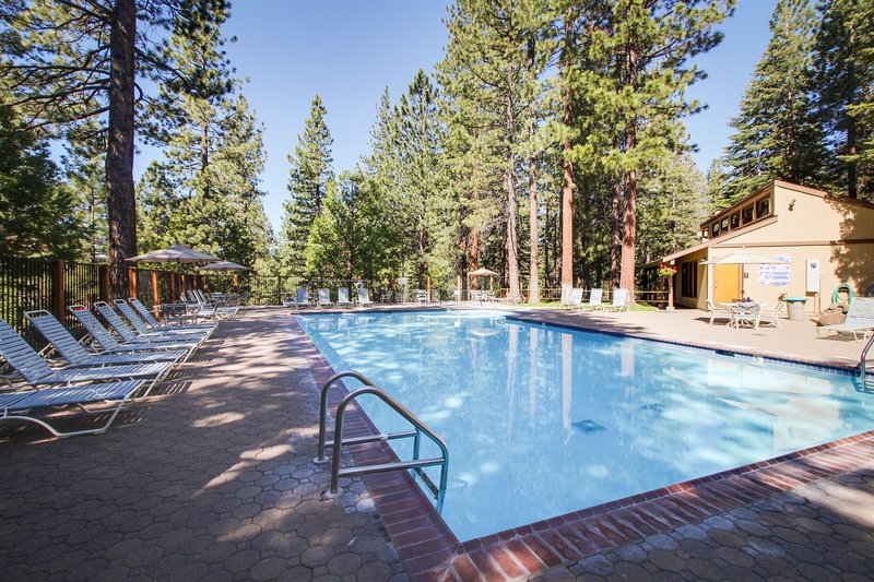 Condo w/ seasonal pool & tennis - walk to town & Lake Tahoe, close to slopes! Chalet in Northstar