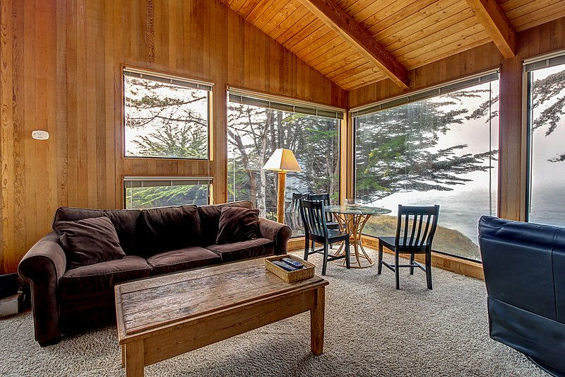 Dog-friendly oceanfront home w/ gorgeous views, a private hot tub & shared pool!, vacation rental in The Sea Ranch