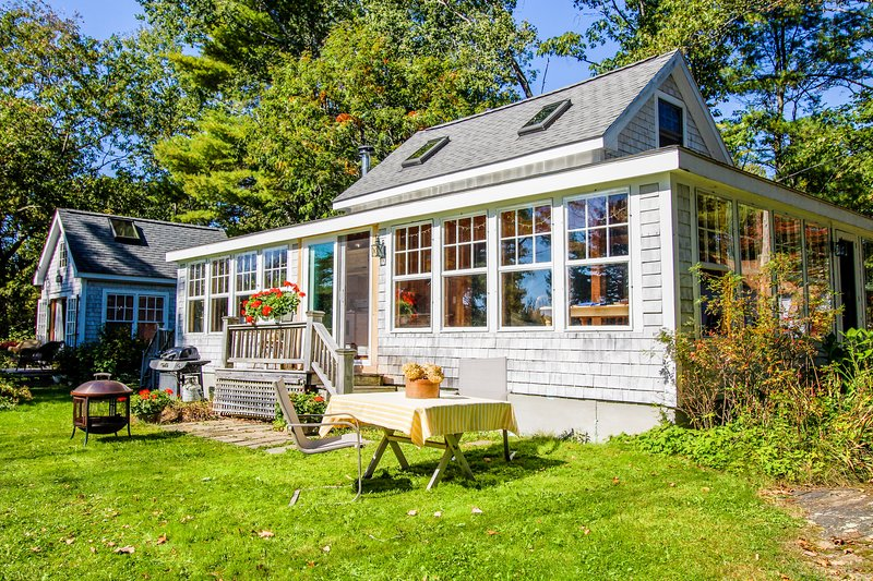 Charming bayview cottage with wood stove, deck, garden, 200 feet from the water!, location de vacances à Brunswick
