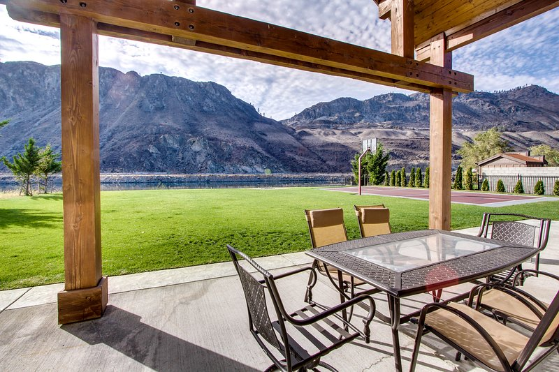 Spacious waterfront home w/ lawn, basketball court, &  Fantastic Views!, vacation rental in Chelan