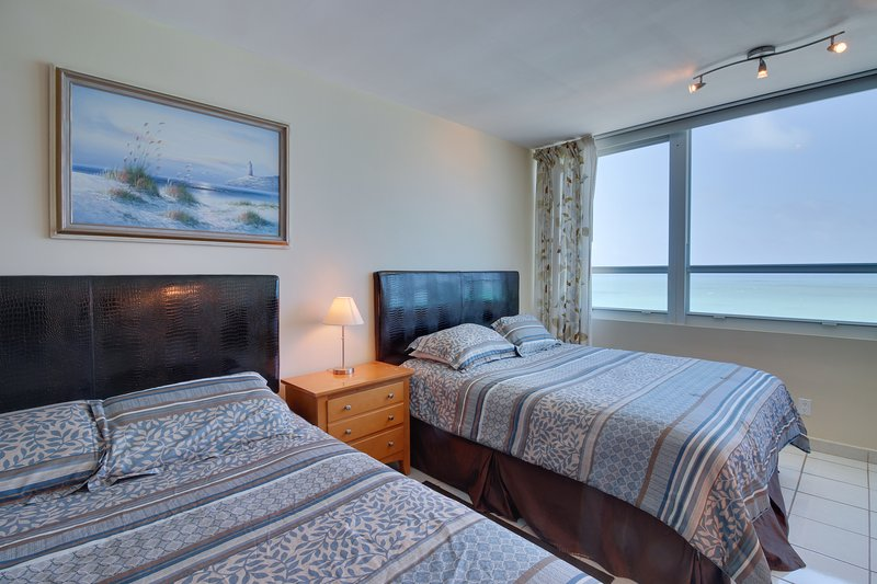 Ocean view studio with direct beach access and a shared pool & tennis court!, holiday rental in North Bay Village