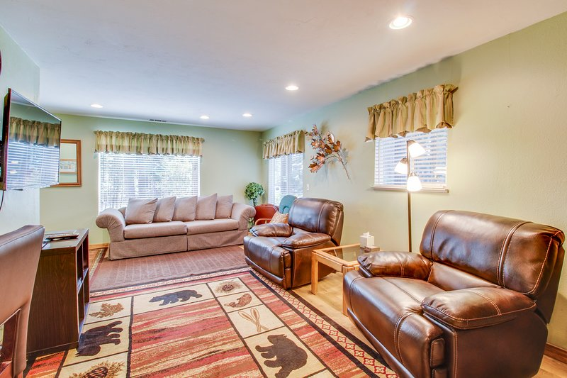 Conveniently located w/ large deck & fireplace - all the comforts of home!, holiday rental in Twin Bridges