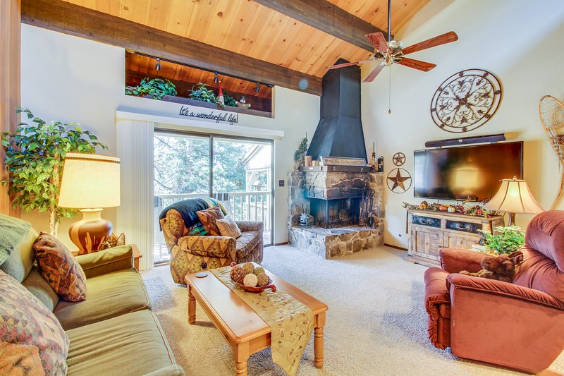 Rustic retreat w/ fireplace, private deck & shared pool Chalet in Northstar