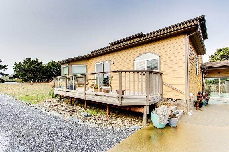 Cozy, spacious home w/ jetted tub, easy beach access, & large deck, location de vacances à Langlois