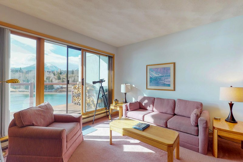 Cozy, waterfront condo w/ shared hot tub, sauna, & gym - near the slopes, & town Chalet in Arapahoe Basin