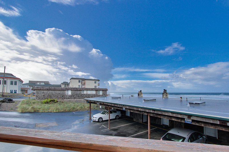 Elegant condo with beautiful ocean views & nearby beach access!, vacation rental in Neotsu