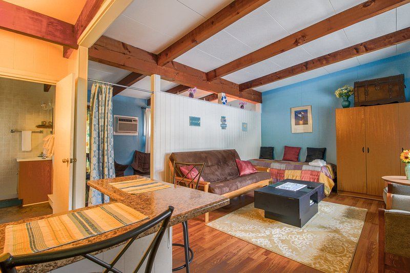 Charming condo suite w/ shared pool, grill, & nearby beach!, holiday rental in North Berwick
