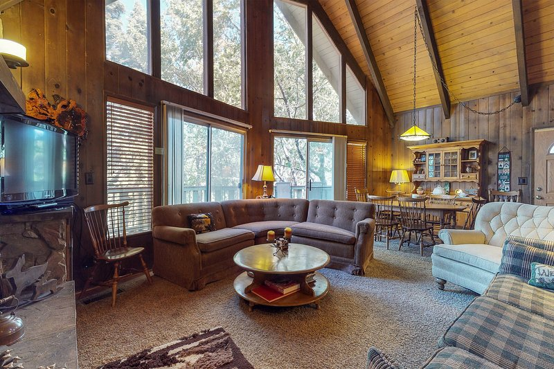Cozy cabin with pool table, patio & grill - beach access nearby!, holiday rental in Green Valley Lake