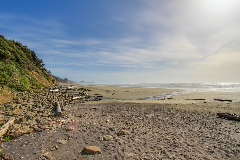 Romantic dog-friendly oceanfront getaway with close beach access!, vacation rental in Otter Rock
