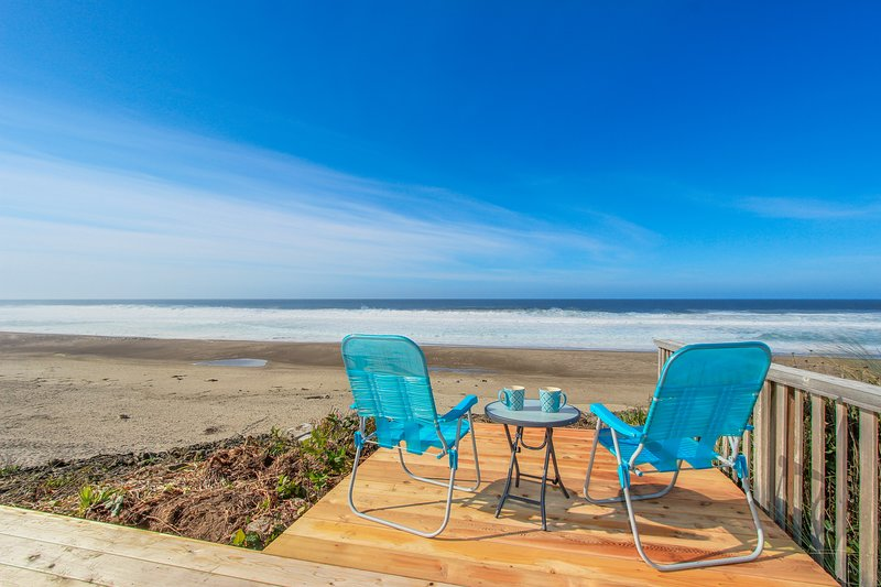 Bright and cozy oceanfront home w/ easy beach access and amazing views, vacation rental in Gleneden Beach