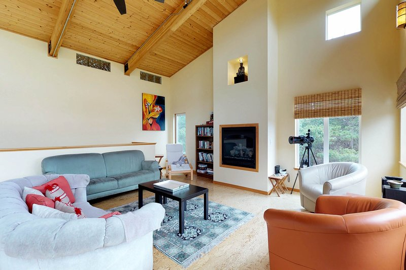Dog-friendly cottage w/ a furnished deck - an easy walk to the beach!, holiday rental in Westport