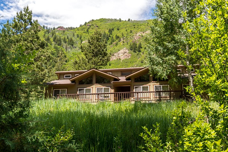 Cozy riverfront cabin w/ shared hot spring - nature preserve across the river, vacation rental in Marble