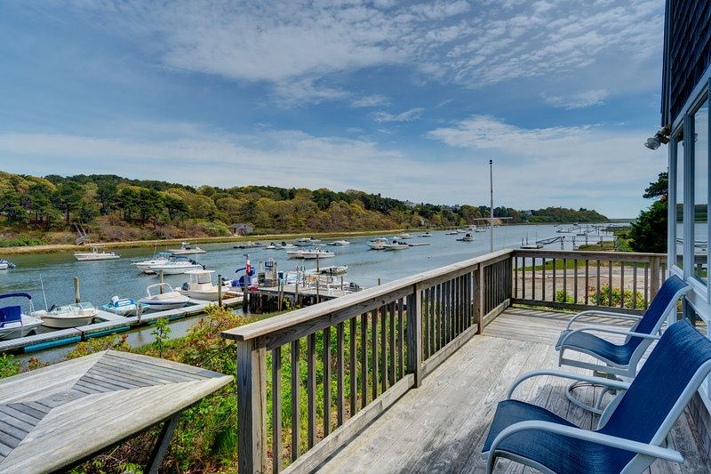 Breathtaking riverfront dog-friendly home w/ a lovely deck, close to the beach!, location de vacances à West Chatham