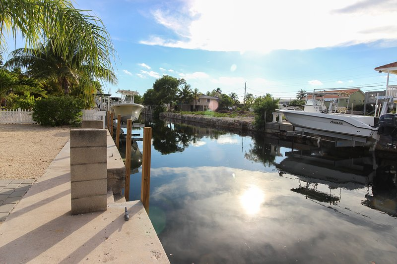 Cozy Canal-Front House w/Free WiFi and Deck- Close to Beaches and State Park, vacation rental in Marathon Shores