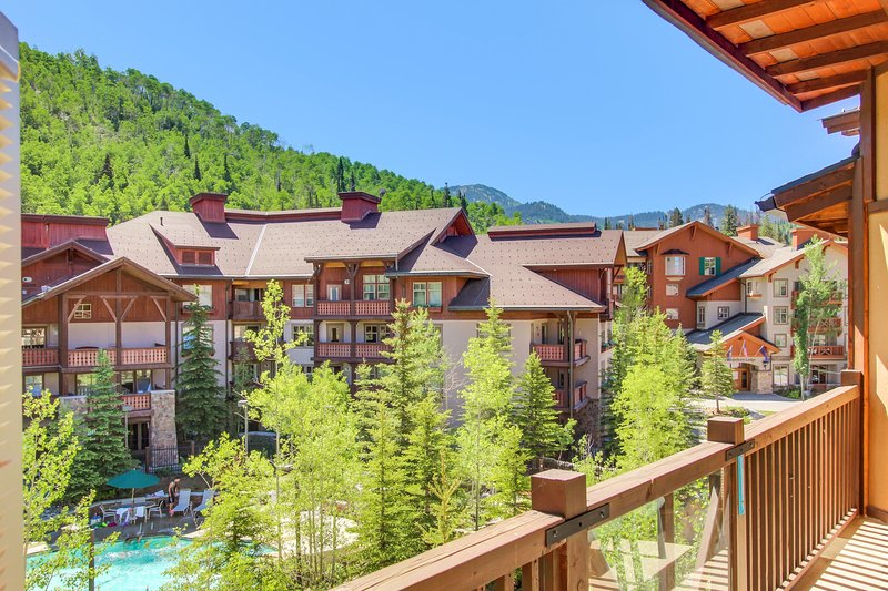 Custom condo w/ ski-in/ski-out access, shared hot tub, pool & more!, holiday rental in Solitude