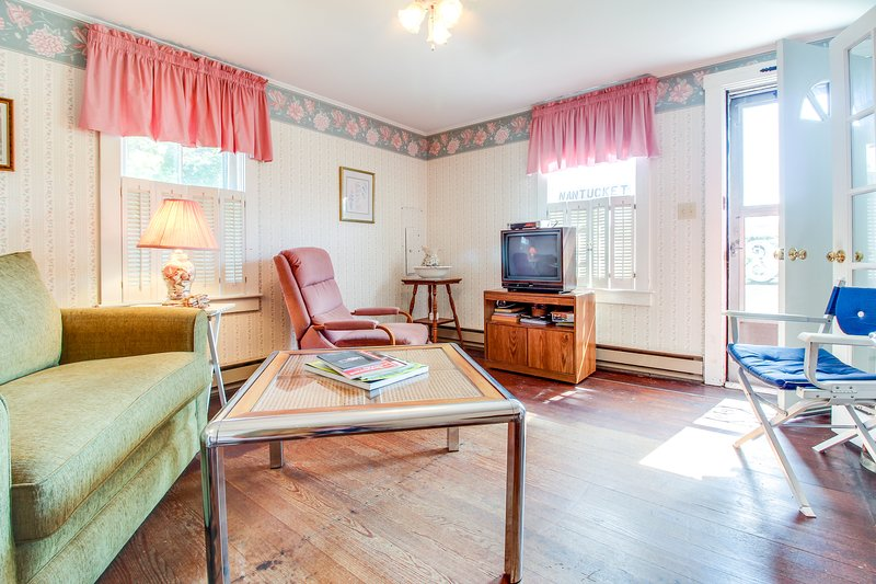 Historic cottage w/ yard & BBQ - walk to town, the ferry, beaches & restaurants!, vacation rental in Siasconset