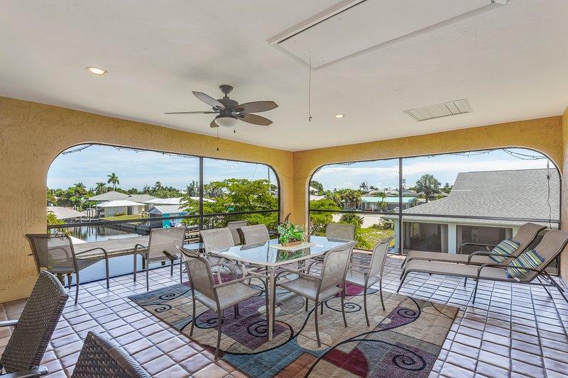 Spacious duplex-style condo w/enclosed patio & water views, vacation rental in Bokeelia