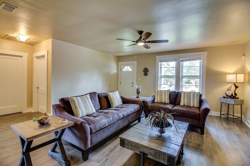 Updated home w/ private hot tub & patio - walk downtown, close to wineries!, vacation rental in Fredericksburg