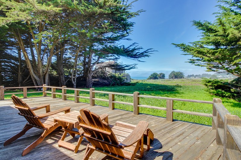 Lovely home w/ private soaking tub, shared pool, ocean views & garden! Dogs ok!, vacation rental in The Sea Ranch