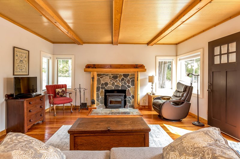 Peaceful, dog-friendly cottages w/ forest views & a firepit in a great location, vacation rental in Oak Harbor