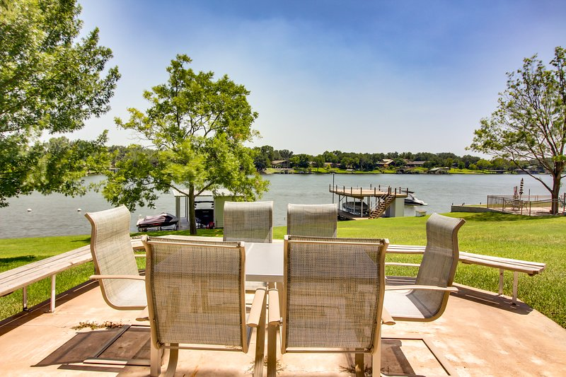 Charming lakefront home w/ private dock - close proximity to Kingsland, casa vacanza a Sunrise Beach