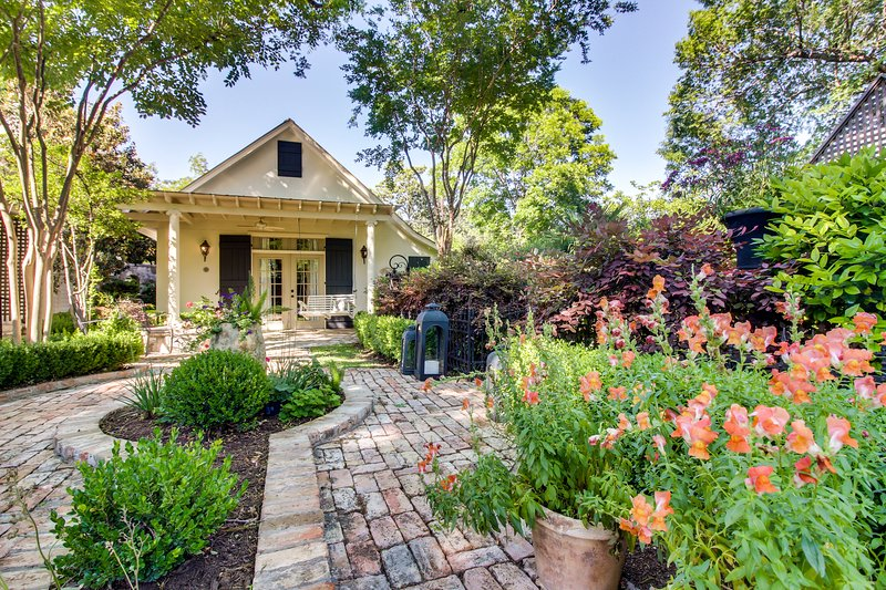 Charming cottage w/ beautiful patio & outdoor firepit - great downtown location, vacation rental in Fredericksburg