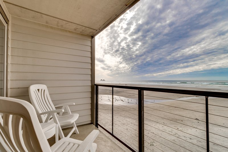 Oceanfront condo w/ a full kitchen, balcony, & sweeping sea views, vacation rental in Rockaway Beach