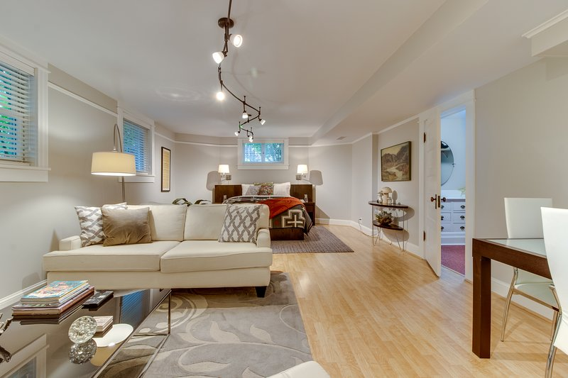 Contemporary basement unit in lovely home - complete w/ patio, location de vacances à Portland