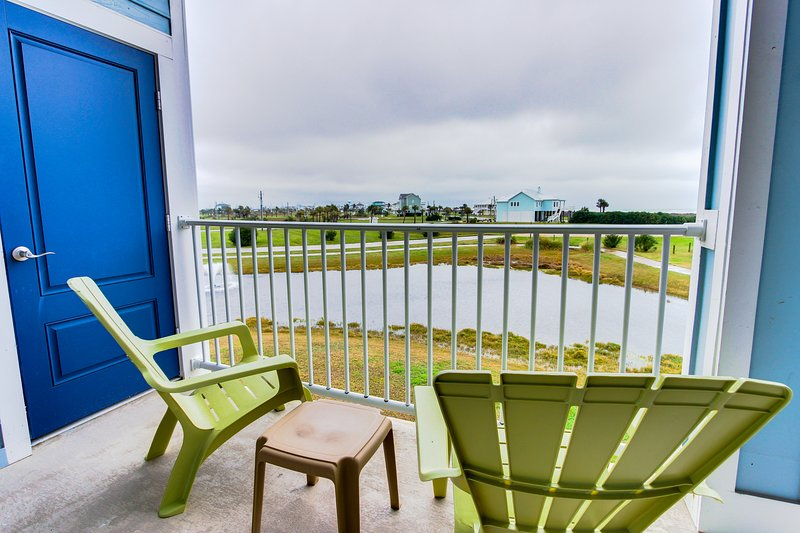 Waterfront condo w/ shared hot tub & pool, ocean views, nearby beach access!, location de vacances à Jamaica Beach