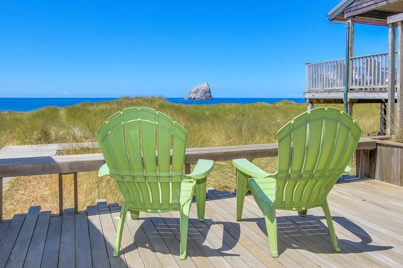 Modern, oceanfront cabin w/ stunning ocean views & nearby beach access!, vacation rental in Pacific City