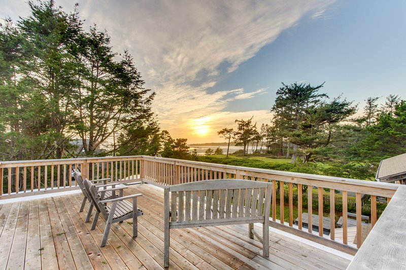 Secluded multi-level home with detached studio, amazing views of ocean, sauna!, vacation rental in Gearhart