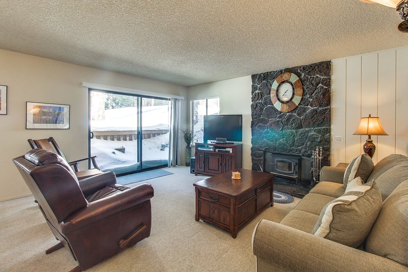 Ski in winter or golf in summer from this condo w/ shared pools, hot tub & more! Chalet in Mammoth Lakes