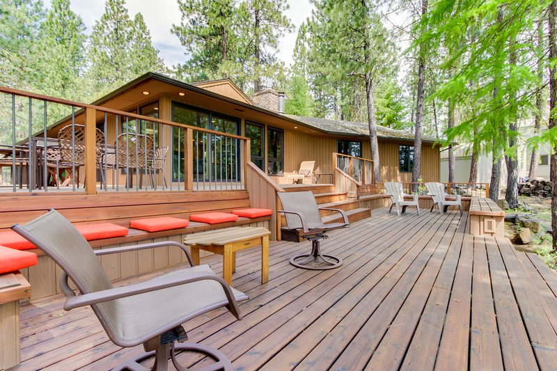 Resort amenities like a pool & hot tub with 3-tier decks & golf course views!, location de vacances à Camp Sherman