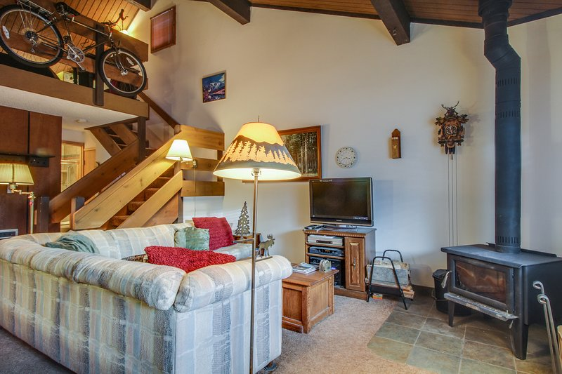 Cozy, two-story condo w/ shared seasonal pool, hot tubs - close to skiing Chalet in Mammoth Lakes
