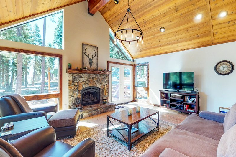 Gorgeous cabin w/ lake views & private hot tub - short drive to the lake! Chalet in Northstar