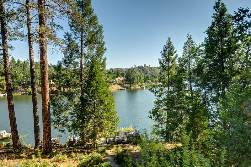 Lakefront home w/ lake views, private dock & shared pool! Yosemite nearby!, vacation rental in Groveland