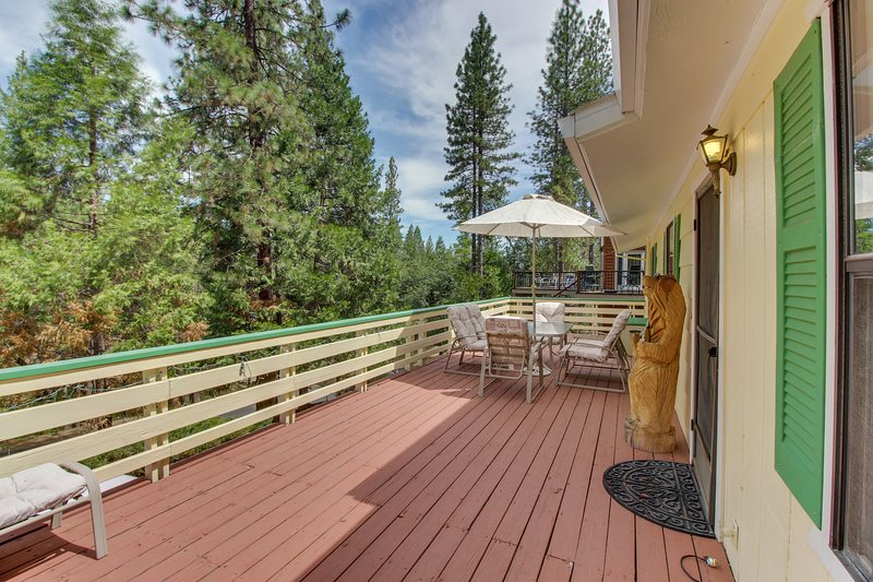Rustic home w/large decks, shared pool, great location near marina & more!, vacation rental in Groveland