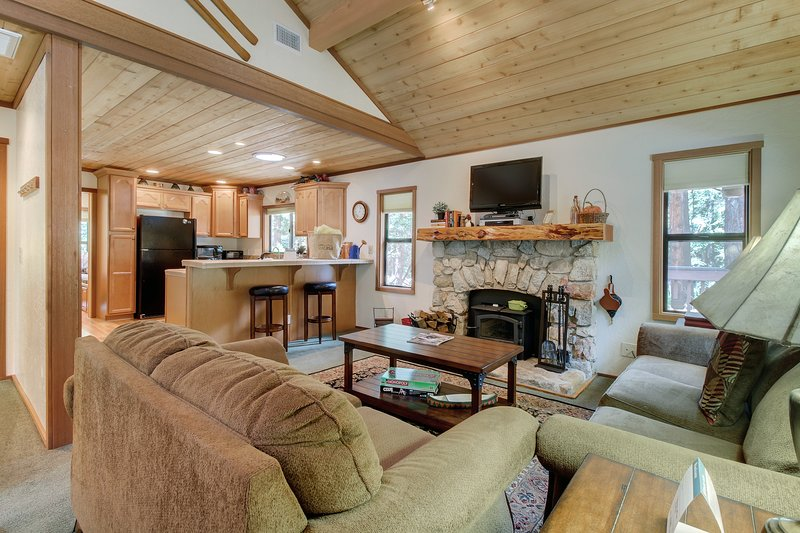 Charming & elegant log cabin right on Strawberry Creek - 1 dog welcome!, holiday rental in Idyllwild