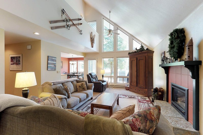 Serene, two story home on the golf course w/ a furnished deck & fairway views, vacation rental in Tamarack