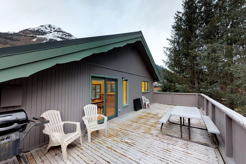 Convenient slope-side retreat, a short walk from lifts, the bike path, and more!, holiday rental in Anchorage