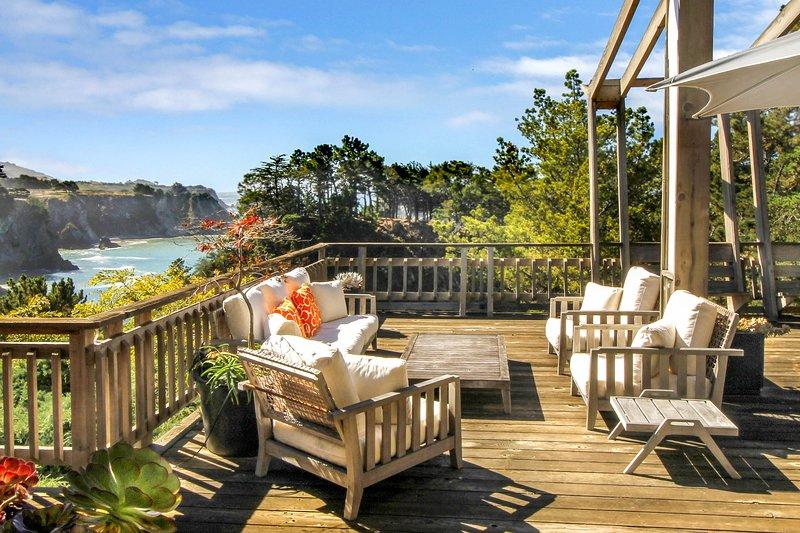 Oceanfront stunner w/ deck, veranda & incredible views - close to beaches!, holiday rental in Elk