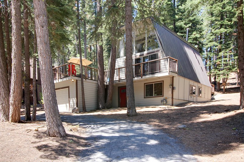 Open & bright A-frame home w/ a fun-filled game room in a great location, holiday rental in Squaw Valley