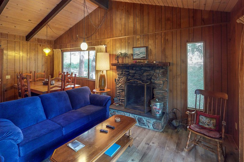 Cozy chalet near lake w/ kitchen, wood stove, deck & free WiFi, vacation rental in Crestline