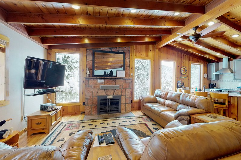 Large cabin with jetted tub, close to the gazebo/town plaza & hiking trails, vacation rental in Green Mountain Falls