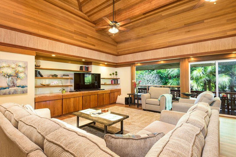 Spacious tropical getaway with lanais &  just steps from the ocean!, vacation rental in Kilauea