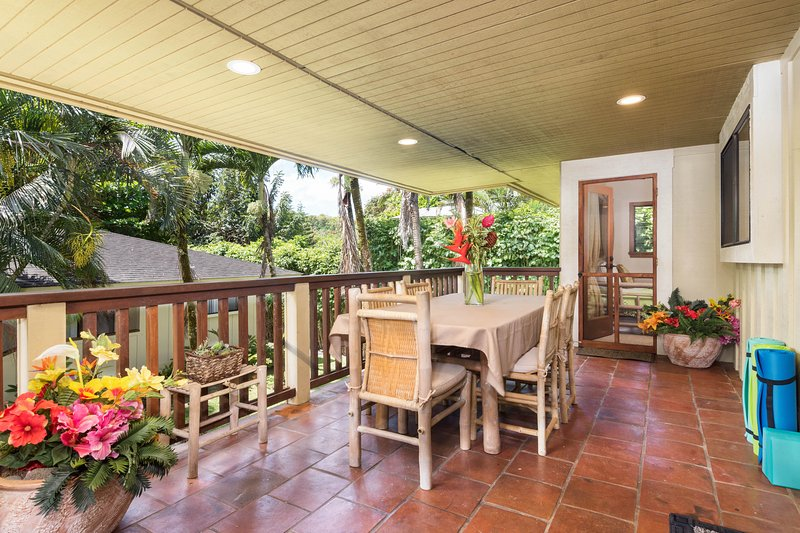 Spacious tropical getaway w/ lanais & jacuzzi, steps from the beach, vacation rental in Kilauea