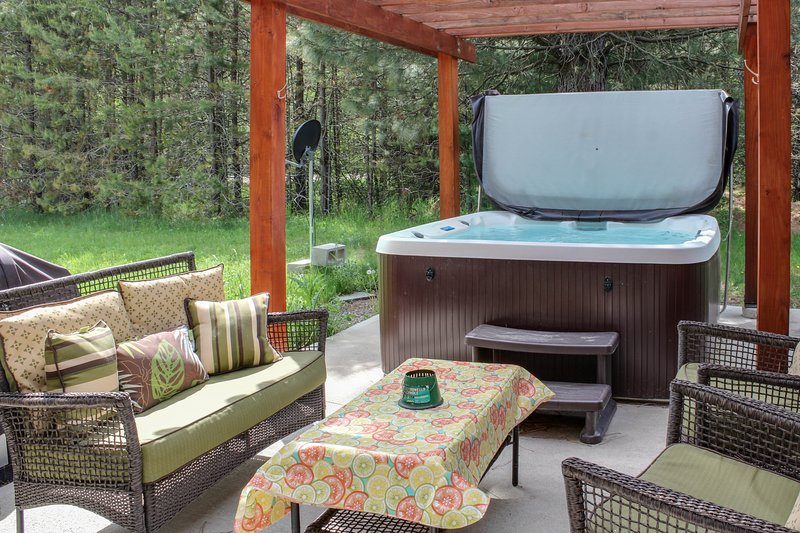 Beautiful cabin w/ hot tub & fire pit - close to the lake & mountain!, holiday rental in Ponderay