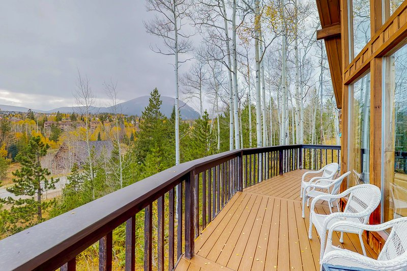 Modern home w/ private hot tub, a large deck & gorgeous views - close to town!, vacation rental in Wildernest